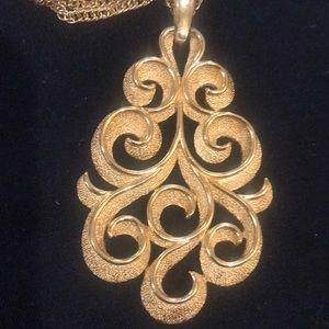 Trifari vintage gold tone pendant necklace